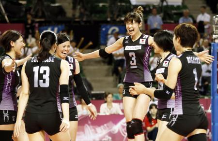 ワールドグランプリのトルコ戦第3セット、得点を挙げて喜ぶ木村(3)ら日本チーム(2014年8月21日、共同)