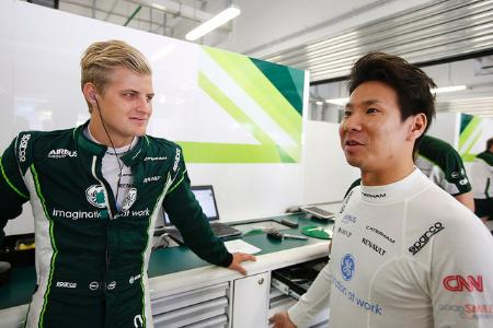 今季のチームメート・エリクソンと話す小林可夢偉。来シーズンもその勇姿をF1で見ることはできるのだろうか=Caterham F1 Team