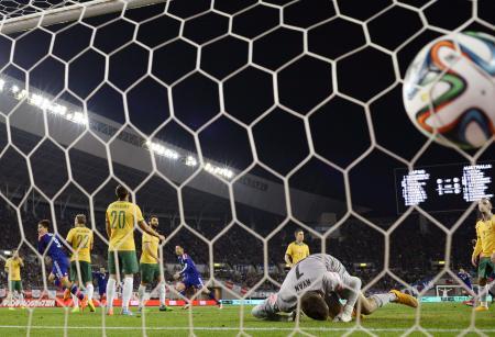 日本―オーストラリア 後半、2点目のゴールを決める岡崎(左から2人目)=ヤンマー