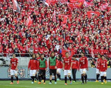 G大阪に敗れ、引き揚げる浦和イレブン=埼玉スタジアム