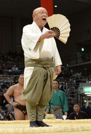 大相撲九州場所で45年の土俵人生に終止符を打った、立呼び出しの秀男(2014年11月11日、共同)