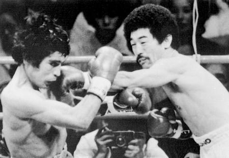 高知で行われた防衛戦で、相手を攻める具志堅用高氏(右)=1980年6月