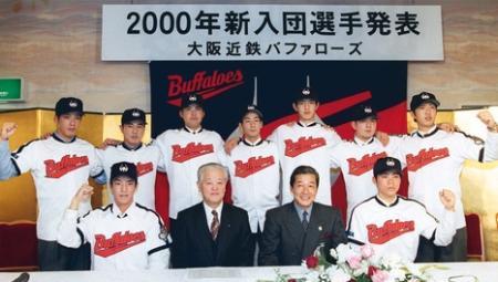 2000年の近鉄入団発表。ドラフト2位の高木康成投手(前列左端)は梨田監督(同左から3人目)の下、プロ生活を踏み出した(1999年12月14日、共同)