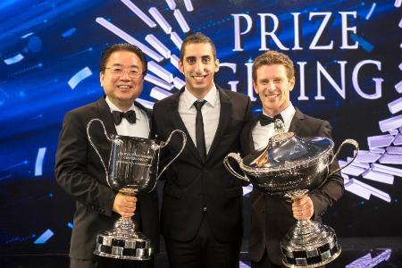 カタール・ドーハで開かれたFIAガラパーティーで表彰され、笑顔でトロフィーを持つトヨタ・レーシングの木下美明代表(左)と、セバスチャン・ブエミ(中央)、アンソニー・デービッドソン(右)の両ドライバー=WEC/FIA