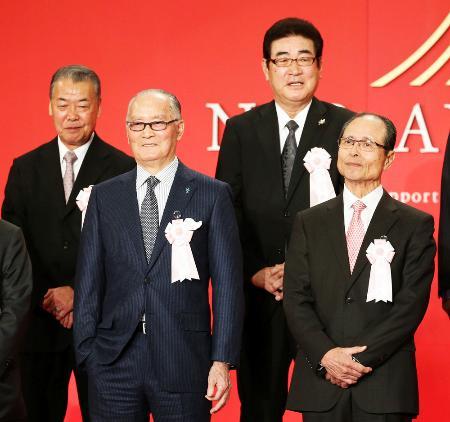 「NPB80周年ベストナイン」に選ばれ、檀上で笑顔を見せる(前列左から)長嶋茂雄氏、王貞治氏、(後列左から)福本豊氏、山本浩二氏=26日午後、東京都内のホテル