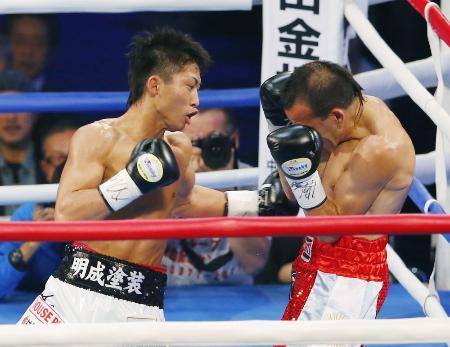 2回、オマール・ナルバエス(右)を攻める井上尚弥=東京体育館