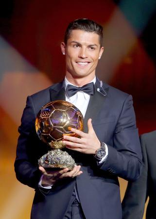 「FIFAバロンドール」に2年連続で選ばれ、トロフィーを抱えるポルトガル代表FWクリスティアノ・ロナウド(2015年1月12日、FIFA提供・ゲッティ=共同)