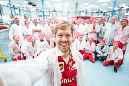 フェラーリのスタッフとともに笑顔のフェテル。今季の復活に向け、意欲を見せる=Ferrari