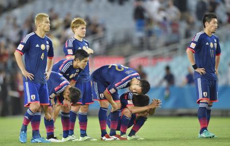 UAEにPK戦で敗れ、肩を落とす本田(左端)ら日本イレブン=シドニー(共同)