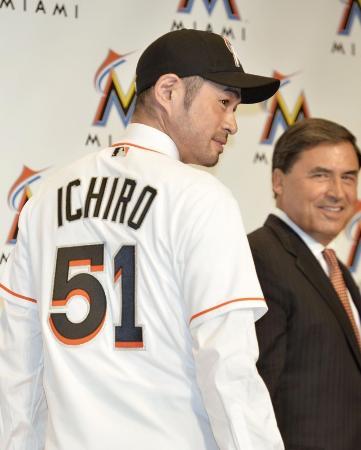マーリンズへの入団記者会見で、背番号「51」のユニホームを披露するイチロー外野手=29日午後、東京都内のホテル