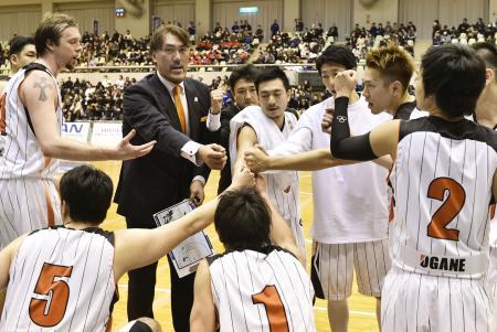 経営破綻後、初めての試合で円陣を組むNBL和歌山の選手たち(2015年1月21日、共同)