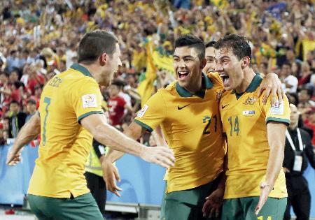 韓国―オーストラリア 延長前半、勝ち越しゴールを決めチームメートと喜ぶオーストラリアのトロイージ(右)=シドニー(ロイター=共同)