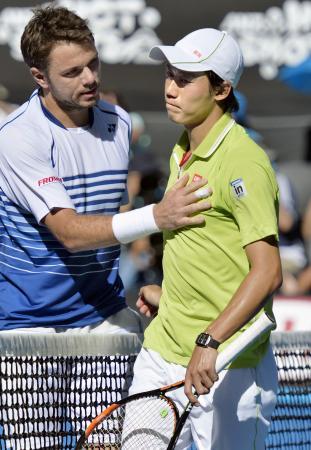 全豪オープンテニスの男子シングルス準々決勝で、前回覇者のワウリンカ(左)に敗れた錦織圭=28日、メルボルン(共同)