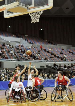 大阪市で行われた車いすバスケットボール女子の国際親善大会で優勝を争う日本ー英国戦(2015年2月16日、共同)