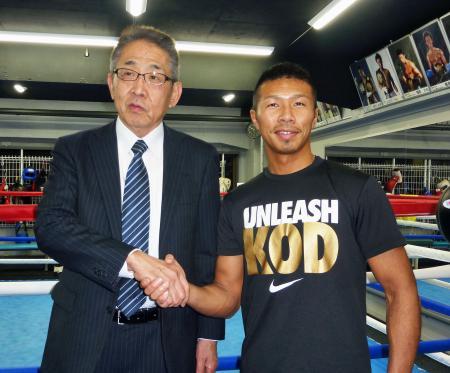 WBAのスーパー王者に昇格した内山高志(右)とジムの渡辺均会長(2015年2月23日、共同)