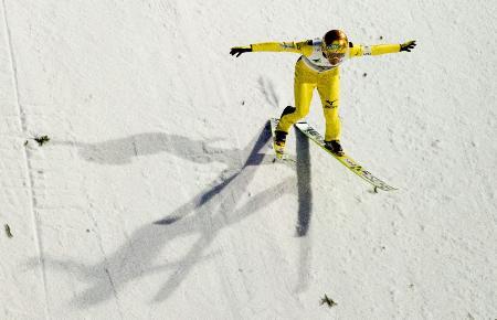今季のW杯個人第24戦で日本選手最長の240・5メートルを飛んで5位になった葛西紀明のフォーム(2015年2月15日、AP=共同)