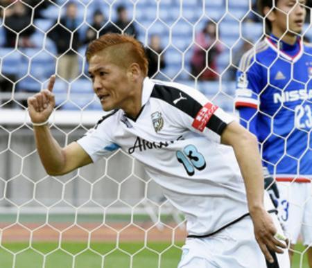 横浜M―川崎 後半、ゴールを決め駆けだす川崎・大久保=日産スタジアム