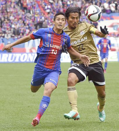 FC東京―横浜M 前半、競り合うFC東京・武藤(左)と横浜M・中沢=味スタ