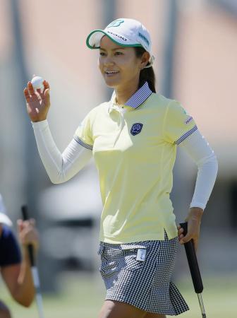 ANA女子ゴルフ最終ラウンドをホールアウトし、ギャラリーの声援に応える宮里藍。持ち前の明るい藍スマイルは相変わらずだ(2015年4月6日、共同)