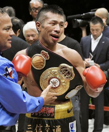 9回終了、TKO勝ちで9度目の防衛に成功した内山高志=2014年12月31日、大田区総合体育館