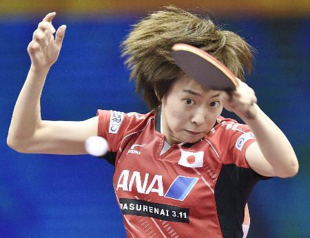世界選手権個人戦女子シングルス2回戦を突破した日本のエース石川佳純(2015年4月29日、共同)