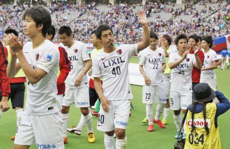 FC東京に勝利し、サポーターの声援に応える小笠原(40)ら鹿島イレブン=味スタ