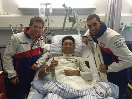 事故直後、ベッドに横たわる中嶋一貴(真ん中)。チームメイトのセバスチャン・ブエミ(右)とアンソニー・デビッドソン(左)の見舞いに笑顔がこぼれた=Kazuki Nakajima