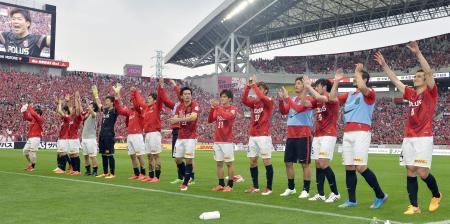 FC東京に大勝し、サポーターの声援に応える浦和イレブン=埼玉スタジアム