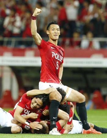 後半、決勝ゴールを喜ぶ槙野(5)ら浦和イレブン=埼玉スタジアム