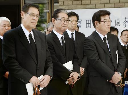 富田勝氏の葬儀で出棺を見守る(左から)田淵幸一氏、星野仙一氏、山本浩二氏=29日午後、大阪市