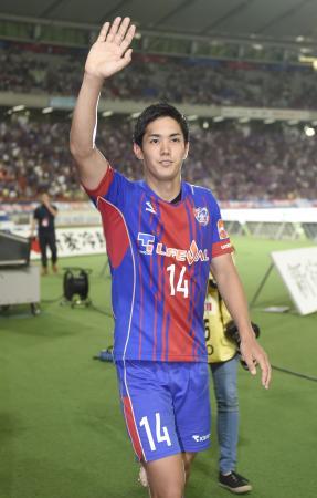 柏に勝利し、サポーターの声援に手を振って応えるFC東京・武藤=味スタ