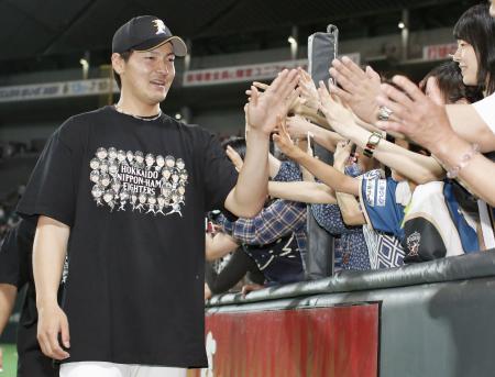 中日戦で2勝目を挙げ、ファンとタッチする日本ハム・有原(2015年5月31日、共同)