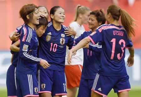 前半、先制のPKを決めた宮間(左から2人目)を祝福する澤(10)ら日本イレブン=バンクーバー(ゲッティ=共同)