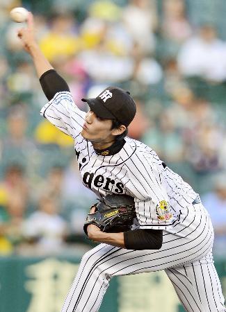 甲子園で行われた交流戦の楽天戦で先発し、ダイナミックな投球を続ける阪神・藤浪(2015年5月27日、共同)