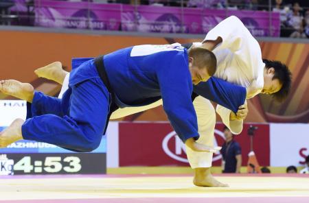 男子100キロ超級決勝 ロシア選手に優勢勝ちした原沢久喜(右)=光州(共同)