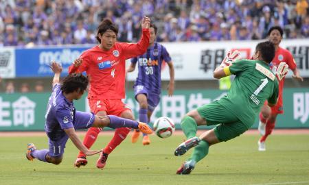 山形戦で前半、先制ゴールを決めた広島の佐藤(左)。J1通算150得点の達成となった(2015年6月20日、共同)
