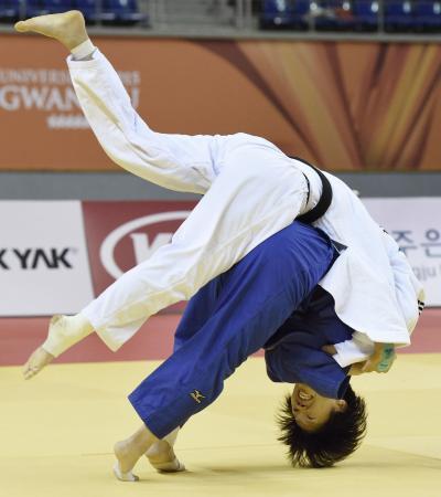女子団体決勝 韓国選手(上)に一本勝ちした山本杏=光州(共同)
