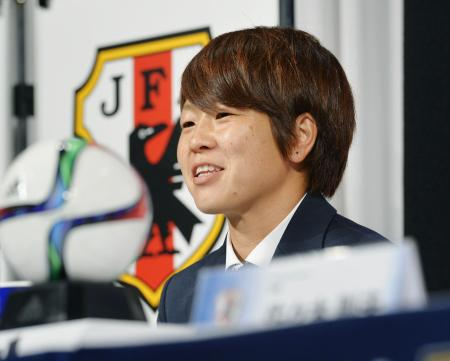 カナダから帰国し、記者会見するサッカー女子日本代表の宮間主将(2015年7月7日、共同)