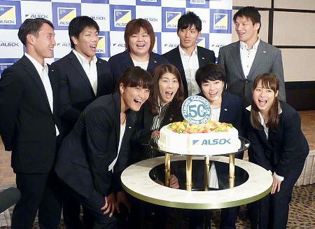 ALSOK創立50周年を記念するケーキを囲んで笑顔を見せる(前列左から)伊調馨、吉田沙保里ら世界選手権代表選手=16日午後、東京都新宿区