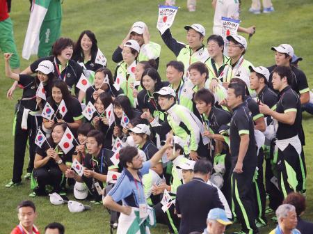 ユニバーシアード夏季大会の閉会式で記念撮影する日本選手たち=光州(2015年7月14日、共同)