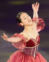 アイスショーで演技する浅田真央=愛・地球博記念公園アイススケート場