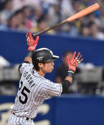 9回阪神1死二塁、江越が左中間に決勝二塁打を放つ=ナゴヤドーム