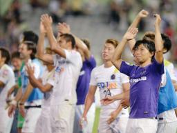 神戸に勝利し、喜ぶ佐藤(右端)ら広島イレブン=ノエスタ
