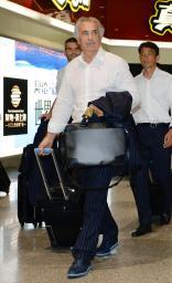 東アジア・カップが行われる中国・武漢の空港に到着した日本代表のハリルホジッチ監督=30日(共同)