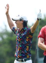 第1ラウンド、4番でホールインワンを達成し、喜ぶ石川遼=ロバート・トレント・ジョーンズGC(共同)