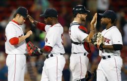ホワイトソックスに勝利しチームメートと喜ぶレッドソックス・田沢(左端)=ボストン(AP=共同)