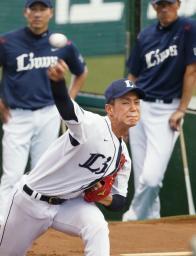 ブルペンで投球練習する西武・高橋光=西武プリンスドーム