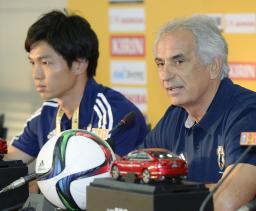 記者会見するサッカー男子日本代表のハリルホジッチ監督。左は森重=武漢(共同)