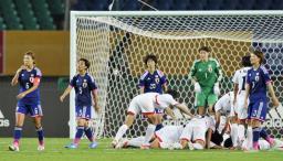 日本―北朝鮮 後半、4点目を決められ、肩を落とす川村(左端)ら日本イレブン=武漢(共同)