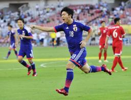 日本―北朝鮮 前半、先制ゴールを決め駆けだす武藤=武漢(共同)